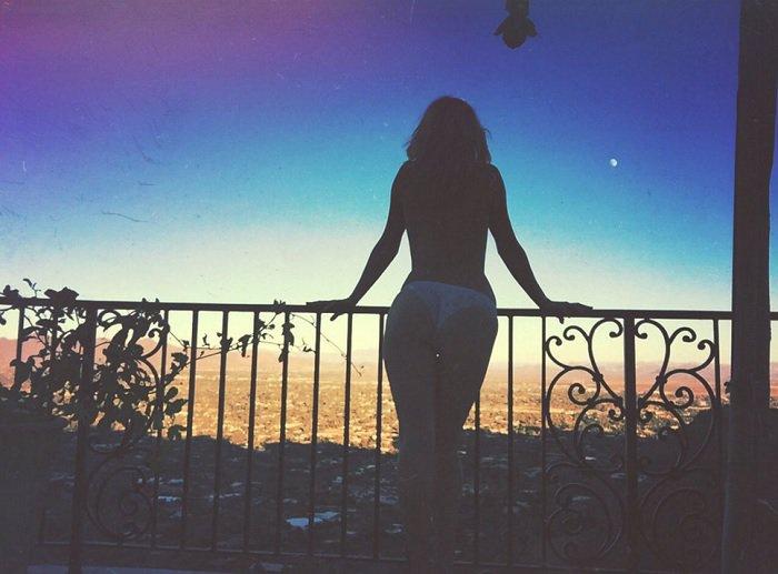 arya-fae-balcony-view-topless